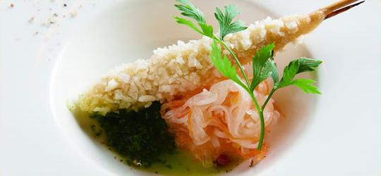 鮮魚の串揚げ。パセリとたっぷりのサルサディヴェルデェソースと共に